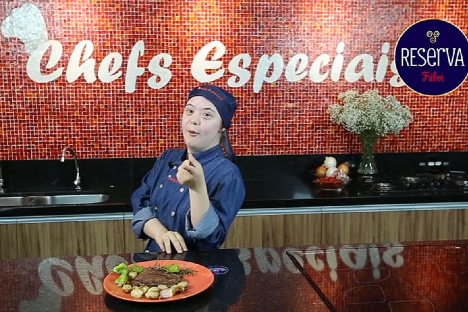 chefs especiais - cozinheiro em frente uma pia com um prato com carne da reserva friboi em cima da mesa